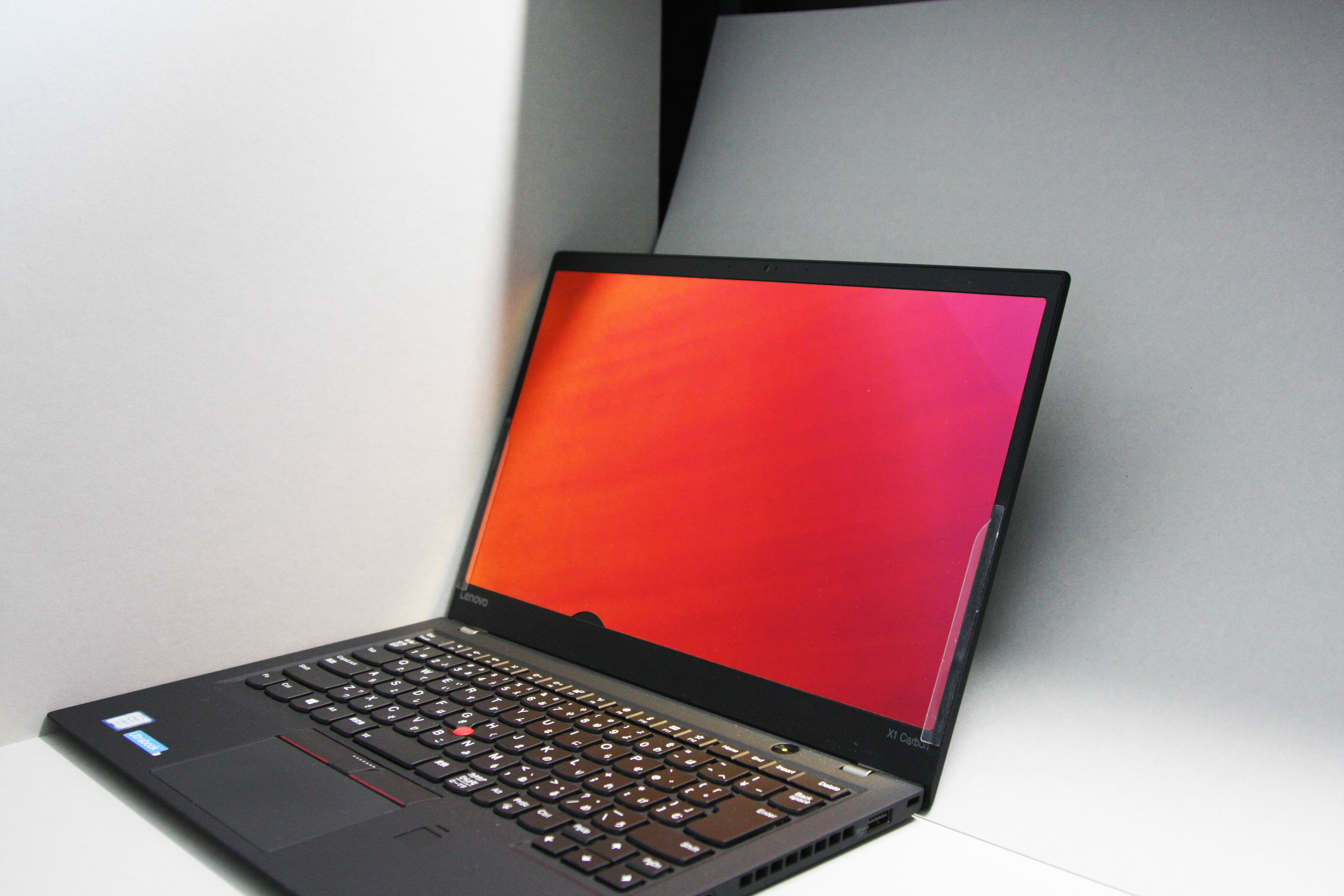 覗かれ防止シートをつけてノートパソコンを横から見た状態